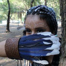 Brazalete con pluma de muda de Urraca elegante