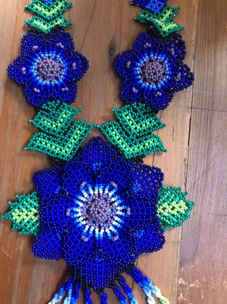 Collar azul huichol 2